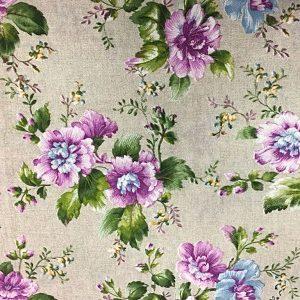 Loneta con flores lilas sobre color crudo